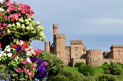 Iνβερνές Castle με τα ζωηρόχρωμα λουλούδια Iνβερνές, Σκωτία Στοκ Εικόνες
