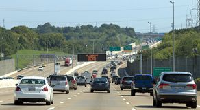 I-65 één uur vóór totale zonneverduistering in Nashville, TN, met 'Geen parkeren tijdens de waarschuwing van de verduistering royalty-vrije stock foto