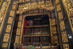 I århundrade för th 19 använde Chaozhou dyrbara träskulpturer av konst för att tillbe förfäder och mytologiska diagram Arkivfoton