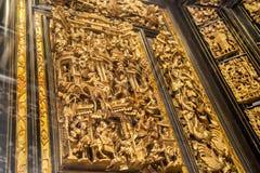 I århundrade för th 19 använde Chaozhou dyrbara träskulpturer av konst för att tillbe förfäder och mytologiska diagram Arkivfoto