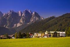 By i österrikiska Alps Arkivbilder