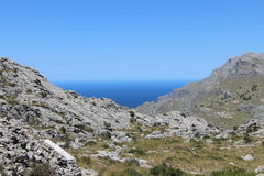 I överkanten av berget med havet i bakgrunden royaltyfri bild