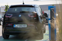 I3 ηλεκτρικό αυτοκίνητο της BMW που χρεώνεται στον ηλεκτρικό σταθμό χρέωσης αυτοκινήτων Στοκ φωτογραφίες με δικαίωμα ελεύθερης χρήσης