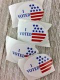 ` I проголосовало стикеры ` на деревянной поверхности Стоковые Фотографии RF