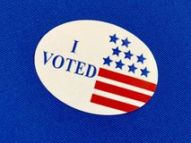 ` I проголосовало стикер ` на голубой ткани Стоковые Изображения
