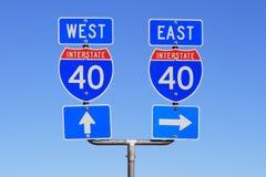 I 40 del este y muestras de camino del oeste Imágenes de archivo libres de regalías