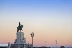 在里斯本故事中心附近的何塞I国王雕象在日落 免版税库存图片