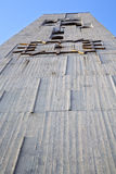 I abstrakt och kyrkligt torn för cislago sätta en klocka på den soliga dagen Royaltyfri Foto