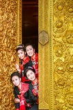 I adies di Tourust in chiesa buddista che guarda il mondo di Phutai sfoggiano Fotografie Stock Libere da Diritti