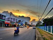 I aftonen av bygd med solnedgång på vägen Hatyai söder av Thailand askfat December 22 2018 royaltyfria bilder
