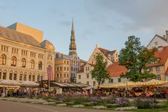 I aftonen på den Livu fyrkanten i den gamla staden av Riga royaltyfria foton