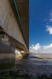 I andra hand Severn Crossing, bro över Bristol Channel mellan Engl Royaltyfri Bild