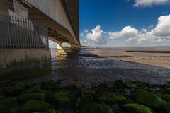 I andra hand Severn Crossing, bro över Bristol Channel mellan Engl Arkivbilder