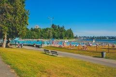 I andra hand strand Vancouver, Stanley Park sikt av den närliggande pölen royaltyfria bilder