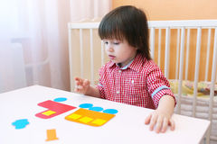 I 2 anni adorabili di bambino hanno fatto la soffiatore dei dettagli di carta Fotografia Stock