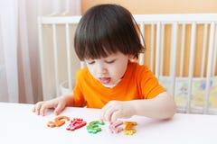 I 2 anni adorabili di bambino impara contare Fotografia Stock Libera da Diritti