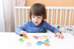 I 2 anni adorabili di bambino impara contare a casa Immagine Stock Libera da Diritti