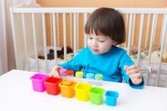 I 2 anni adorabili di bambino ordina i dettagli da colore Fotografia Stock Libera da Diritti