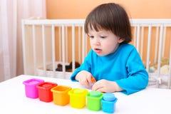 I 2 anni adorabili di ragazzo ordina i dettagli da colore Fotografie Stock Libere da Diritti