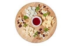 I antipasti del piatto di formaggio fanno un spuntino con formaggio italiano misto, l'anacardio, foglie di menta fresca immagine stock