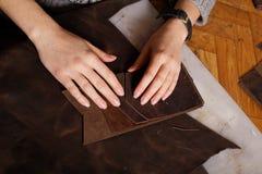 I arbetsrumflicka gör händer handväskan Royaltyfria Bilder