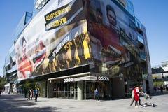 I Asien öppnar Peking, Kina, shoppingområdet, Taikoo Li Sanlitun Arkivbild