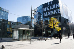 I Asien Kina, Peking, Taikoo Li Sanlitun, affärsområdet, den moderna byggnaden, lager, Arkivbild