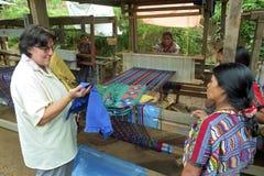 I att väva, mala funktionsdugliga guatemalanska indiska kvinnor Fotografering för Bildbyråer