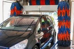 I automatisk biltvätt arkivbilder