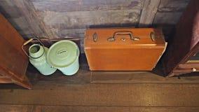 I bagagli d'annata di viaggio sul pavimento di legno con retro latta buckets Fotografia Stock Libera da Diritti