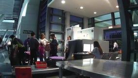 I bagagli sono esplorati da sicurezza aeroportuale all'aeroporto internazionale di Ninoy Aquino video d archivio