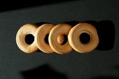 I bagel su un fondo nero, bagel limitano Fotografie Stock