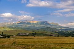 By i bakgrunden av de steniga bergen Arkivfoton