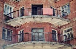 I balconi di vecchia casa con mattoni a vista Immagini Stock Libere da Diritti
