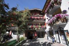 I balconi hanno allineato con i fiori sboccianti, Livigno, Italia Fotografia Stock
