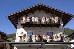I balconi hanno allineato con i fiori sboccianti, Livigno, Italia Immagine Stock Libera da Diritti
