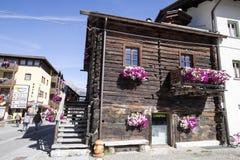 I balconi hanno allineato con i fiori sboccianti, Livigno, Italia Fotografie Stock
