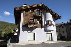 I balconi hanno allineato con i fiori sboccianti, Livigno, Italia Immagine Stock