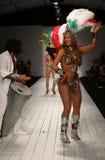 I ballerini brasiliani eseguono sulla pista durante la sfilata di moda di CA-RIO-CA Fotografie Stock Libere da Diritti