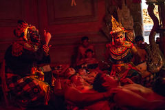 I ballerini che eseguono il fuoco tradizionale di catalessi di Kecak di balinese ballano Immagini Stock