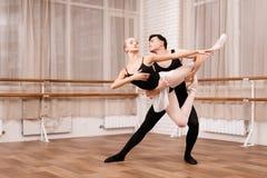 I ballerini della donna e dell'uomo che posano nel balletto classificano Immagine Stock Libera da Diritti