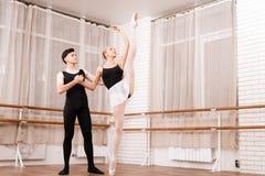 I ballerini della donna e dell'uomo che posano nel balletto classificano Immagini Stock Libere da Diritti
