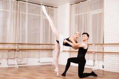 I ballerini della donna e dell'uomo che posano nel balletto classificano Fotografie Stock