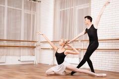 I ballerini della donna e dell'uomo che posano nel balletto classificano Fotografia Stock Libera da Diritti