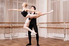 I ballerini della donna e dell'uomo che posano nel balletto classificano Fotografie Stock Libere da Diritti
