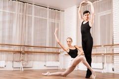 I ballerini della donna e dell'uomo che posano nel balletto classificano Fotografia Stock