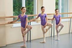 I ballerini di balletto delle ragazze provano nella classe di balletto fotografia stock