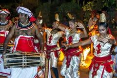 I ballerini ed i giocatori femminili di Gatabera preparano partecipare al Esala Perahera a Kandy, Sri Lanka Fotografie Stock Libere da Diritti