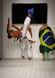 I ballerini eseguono il capoeira sulla pista durante la sfilata di moda di CA-RIO-CA Fotografia Stock