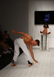 I ballerini eseguono il capoeira sulla pista durante la sfilata di moda di CA-RIO-CA Fotografia Stock Libera da Diritti